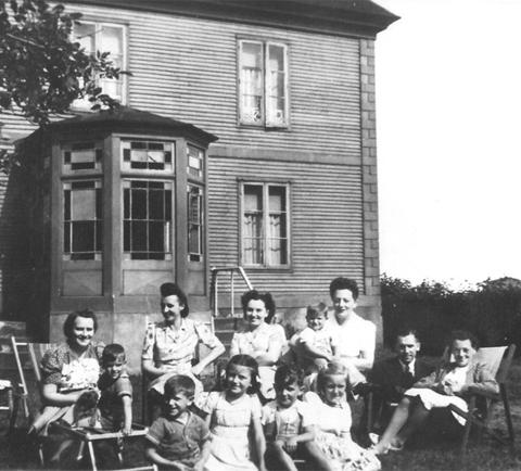 Dans les bras de sa tante Jeanne Fontaine un dimanche de famille dans les années 1940.