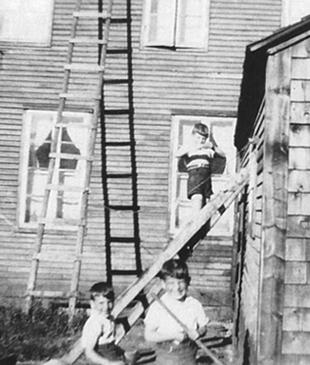 Avec ses frères dans la cour arrière de la maison Apesteguy.